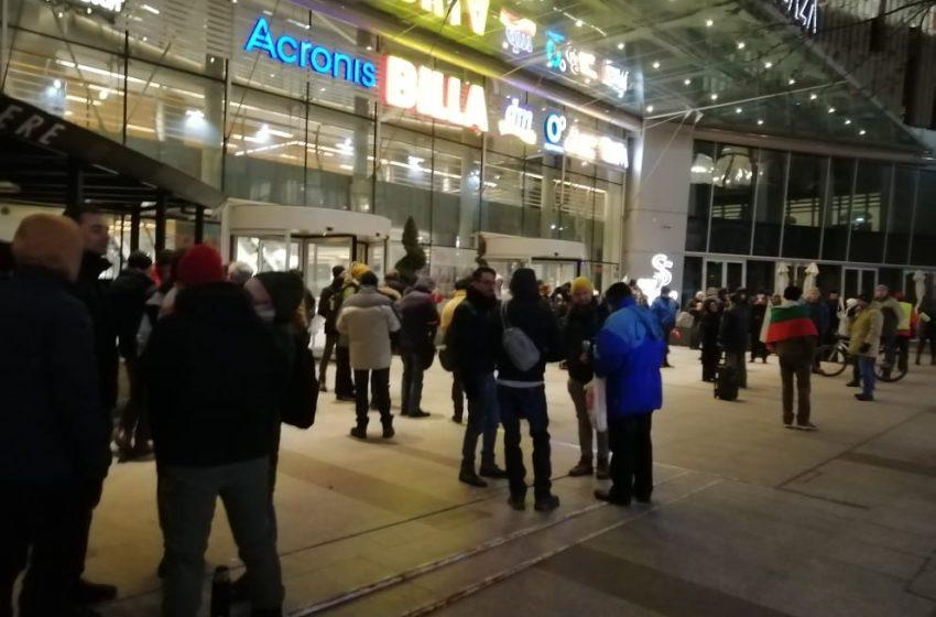 Протестиращи се събраха пред БНТ, докато вътре Сачева и Карадайъ бяха засипани от удобни въпроси