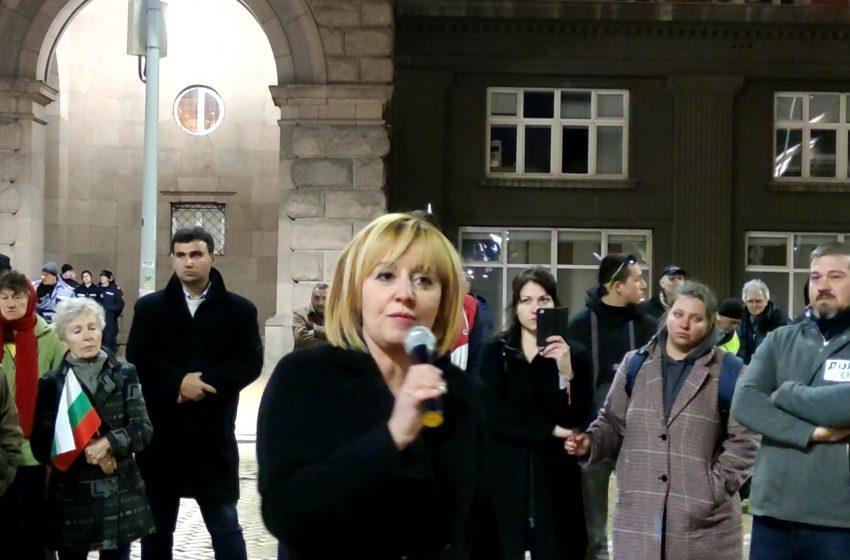 Емоционална вечер на площада: Мая Манолова отговори на въпросите на хората