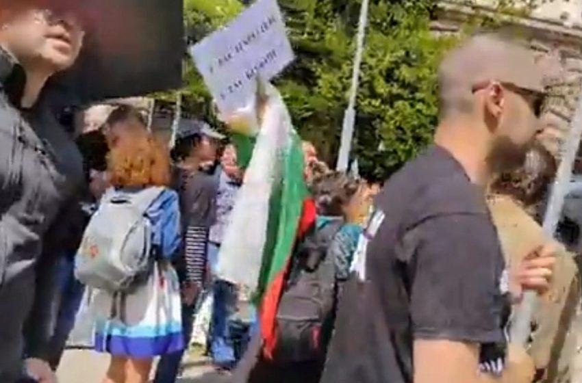 Мощен контрапротест в защита на Румен Радев