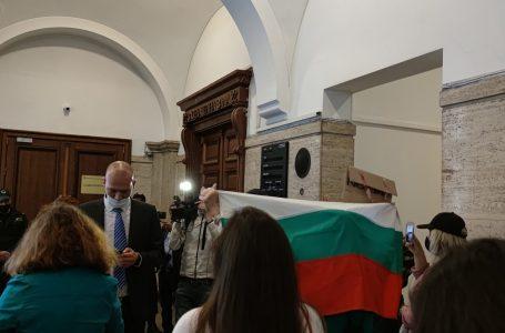 Протестът срещу Гешев в София продължава
