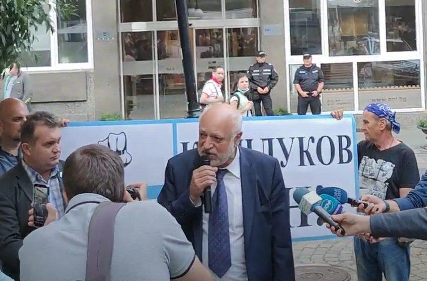 Протест срещу Емил Кошлуков се проведе пред БНТ