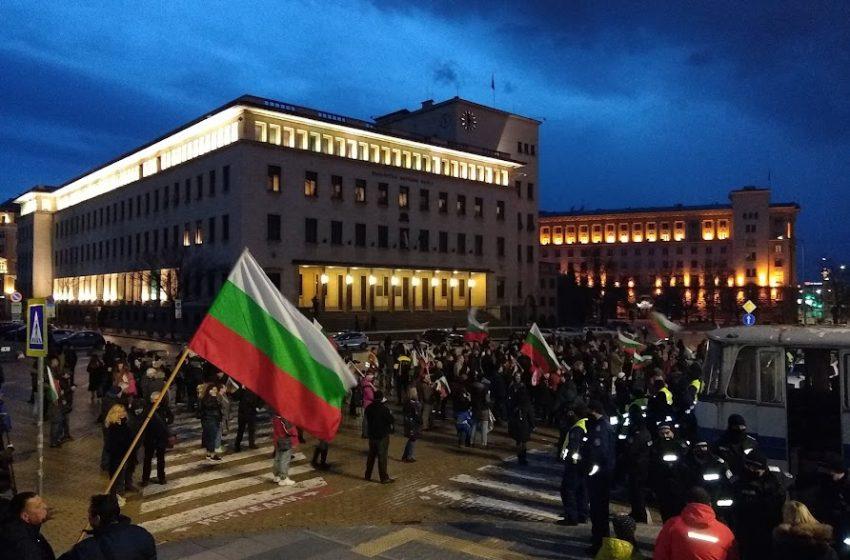 Протест срещу подмяната – протестиращи се събират пред Президентството